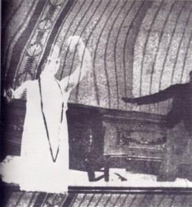 """""""Vita futurista"""", Ginna, 1916. Fotogramma che testimonia l'suo della sovrimpressione"""